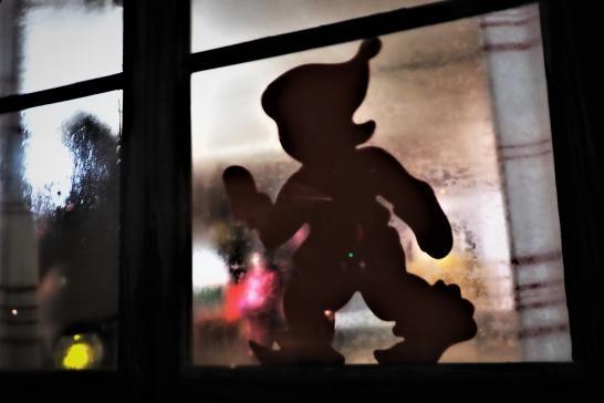 Tonttukuva ikkunassa