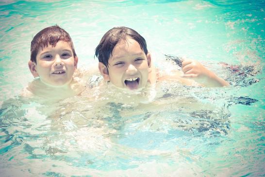 Kaksi lasta uimassa.