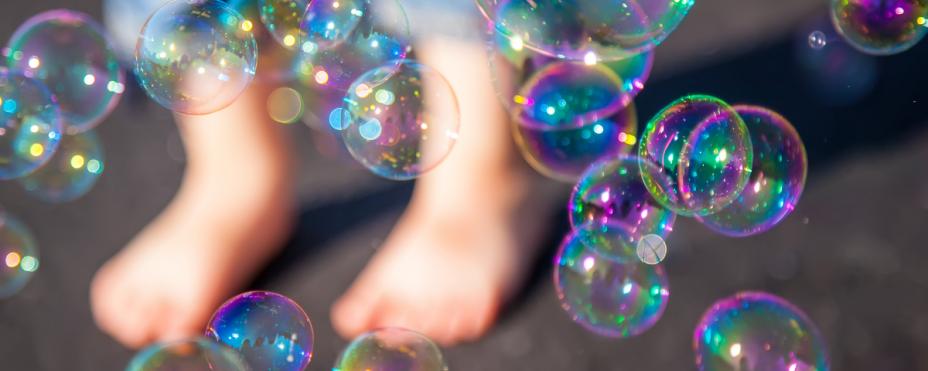 Saippuakuplia ja lapsen jalat