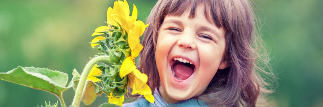Lapsi nauraa