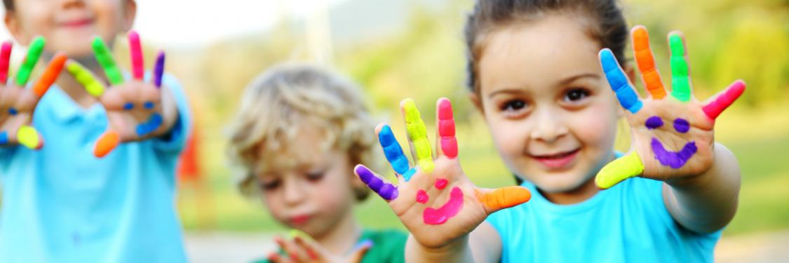 Lapset jotka näyttävät maalattuja sormia